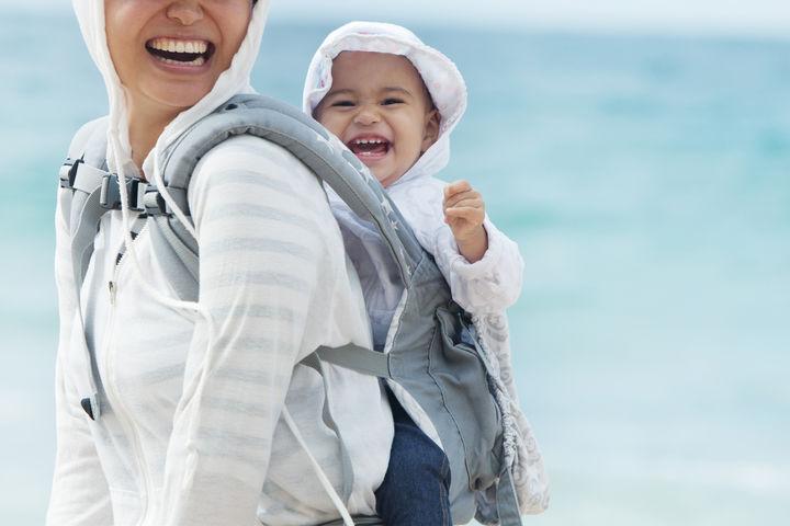 抱っこされる赤ちゃんと笑顔のママ