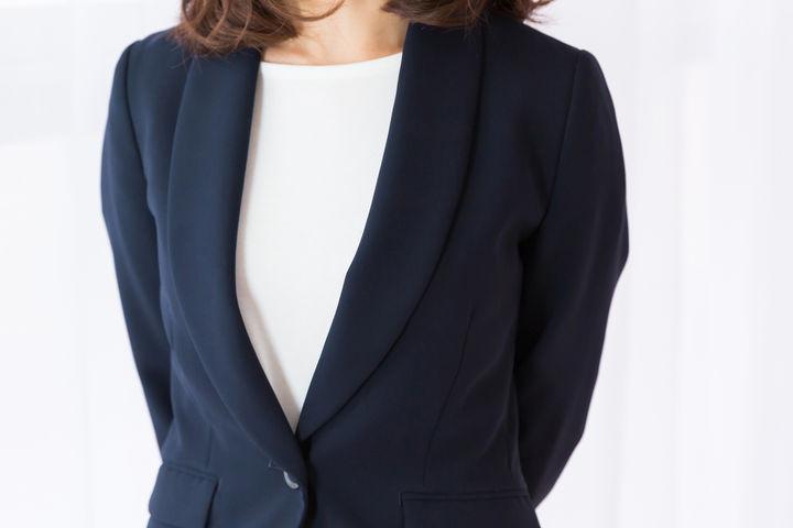 スーツを着ている女性