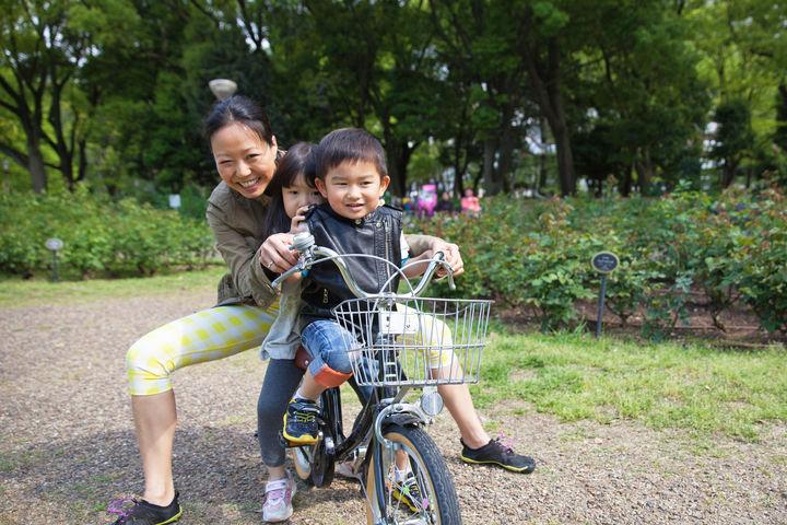自転車に乗る親子3人