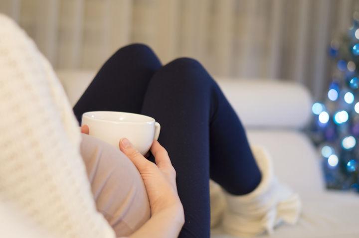 お茶を飲む妊婦さん