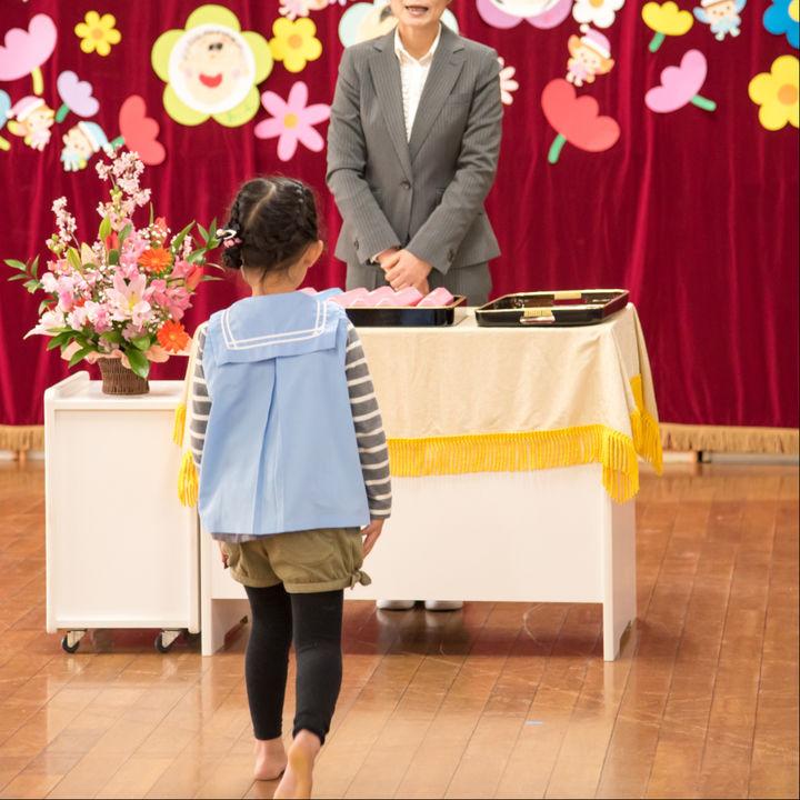 幼稚園や保育園の卒園式とは。ママや子どもの服装、持ち物など