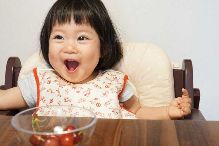 サクランボを食べる赤ちゃん