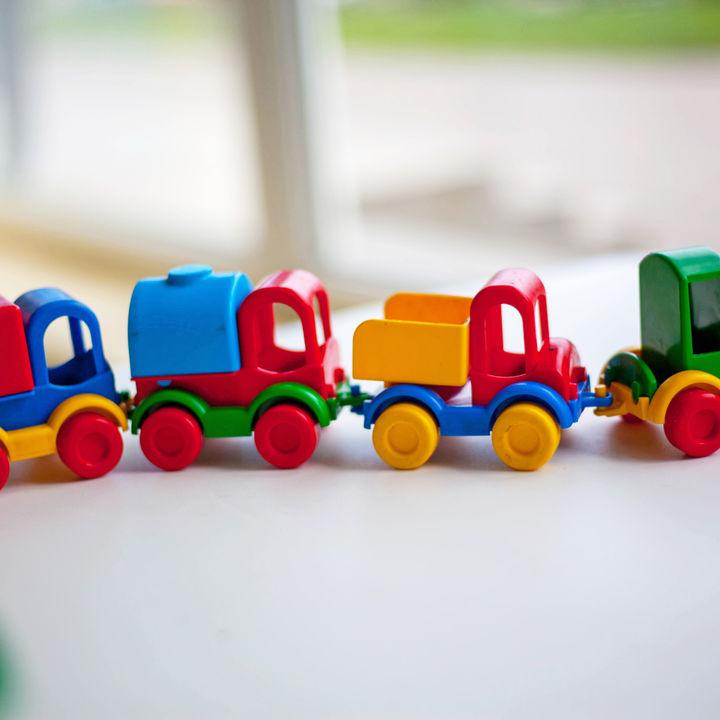 1歳の男の子用のおもちゃ。ママたちに聞いた選び方や手作りおもちゃ