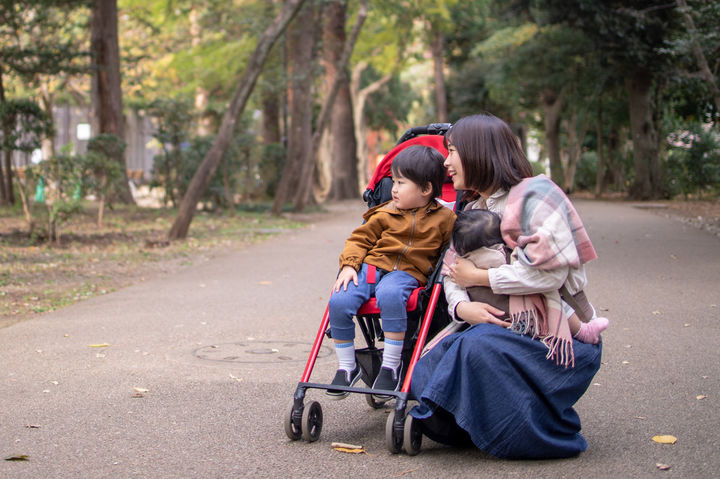 ベビーカーで散歩する親子