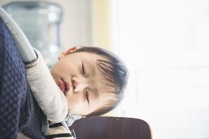 抱っこされて眠る赤ちゃん