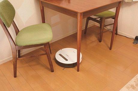 テーブル下を掃除するロボット掃除機