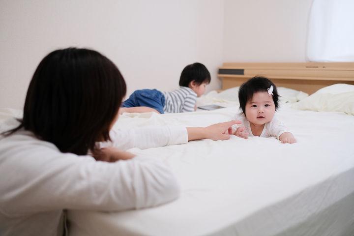 ベッドで寝る前の赤ちゃん