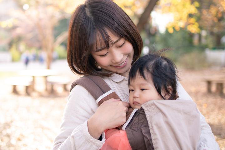 抱っこするママ