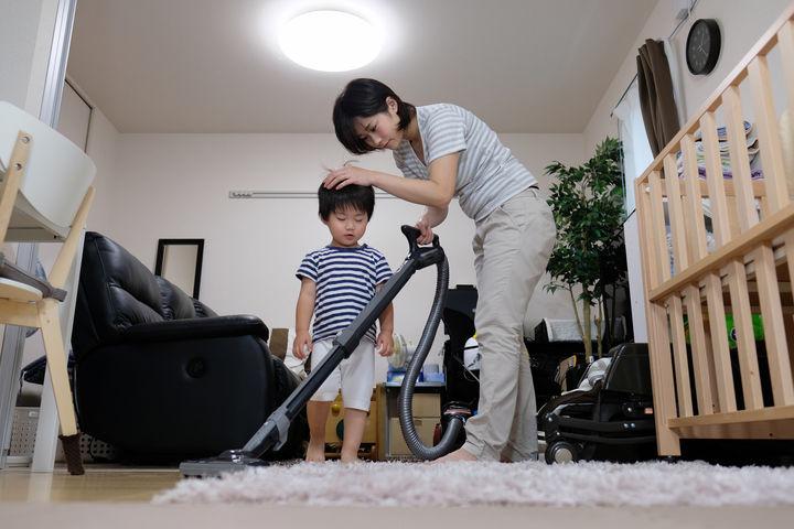子どもと一緒に掃除するママ