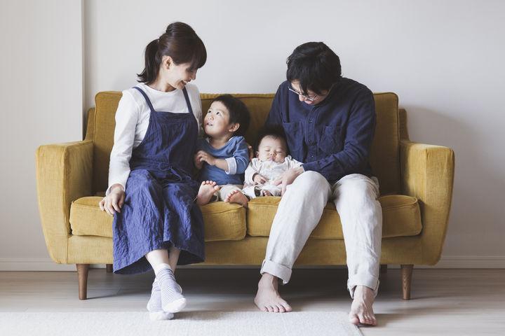 ソファに座る家族