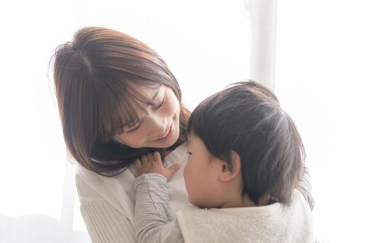 子どもを抱きしめるママ