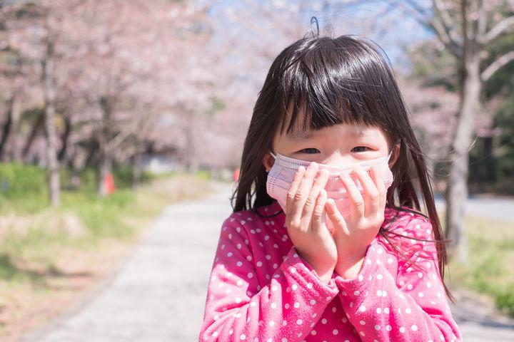 花粉症でマスクをする子ども