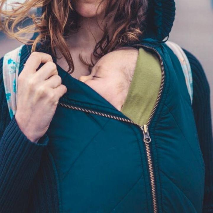 冬に着る抱っこ用のコート。ダッカーつきやダウンなど種類と選び方