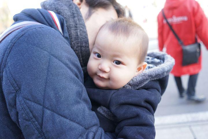 抱っこされる赤ちゃん