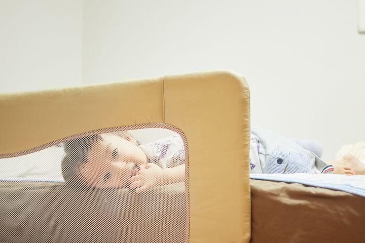 ベッドで横になる子ども
