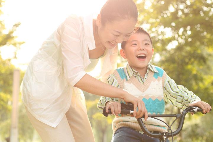 親子の自転車練習風景