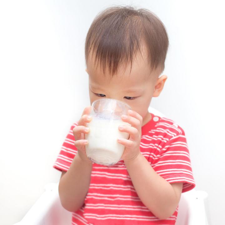 1歳の子どものコップ飲み。練習方法や嫌がるときの対応