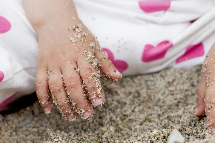 砂だらけの子どもの手