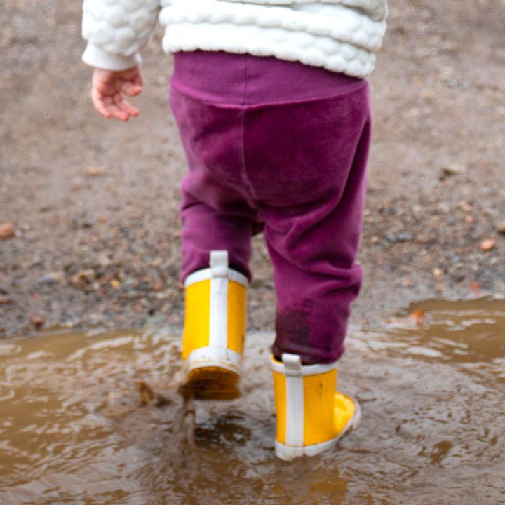 幼児用の長靴を選ぶポイントは?サイズや素材などママたちの選び方