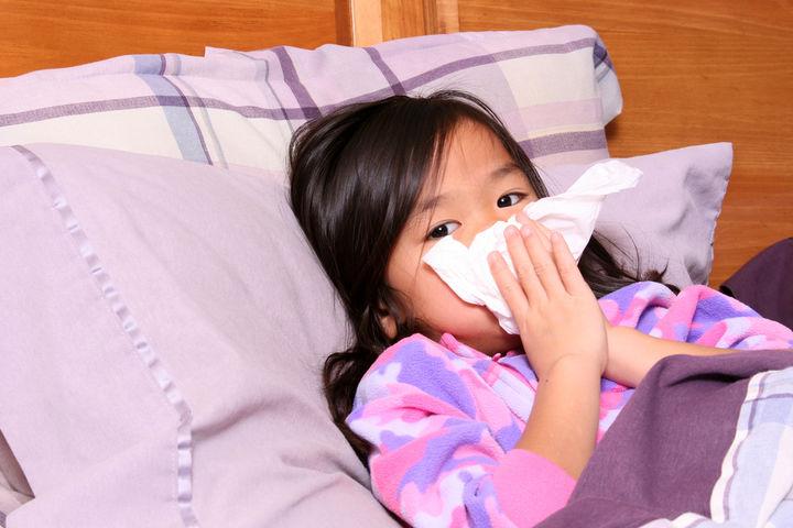 鼻水をかむ女の子