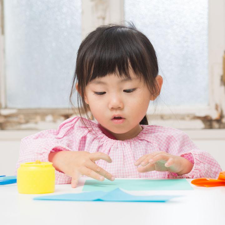 2歳の子どもと楽しむ工作遊び。紙コップなど材料別のアイデア
