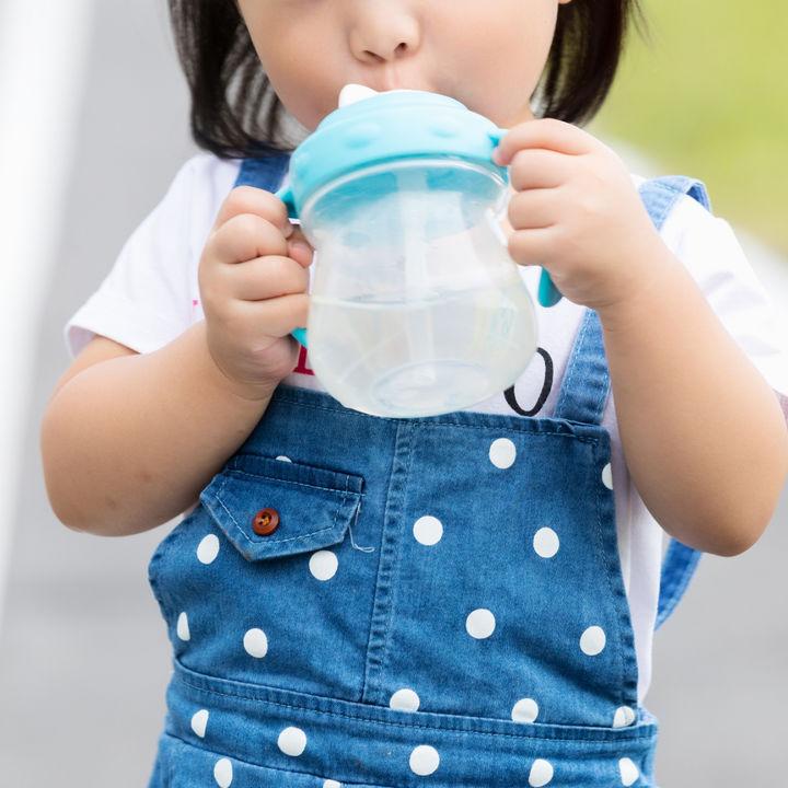 2歳児のストローマグはいつまで?水筒に切り替えるタイミングなど