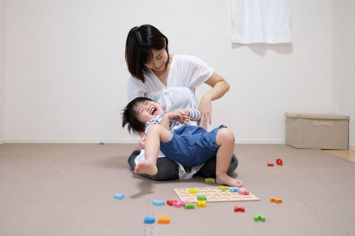 ママの膝で暴れる子ども