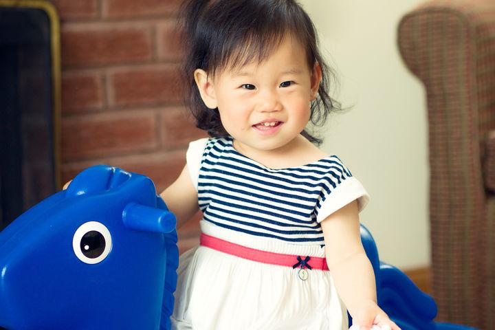 乗り物おもちゃに乗る女の子