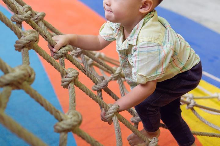 アスレチックを登る男の子