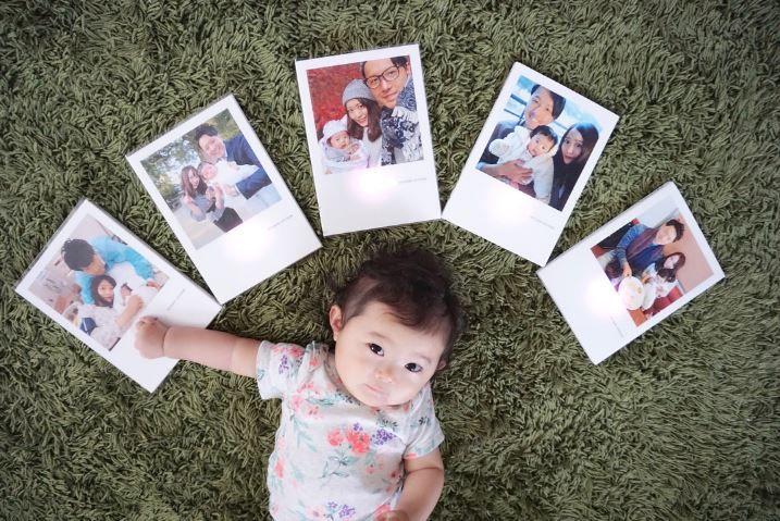 赤ちゃんと家族の写真