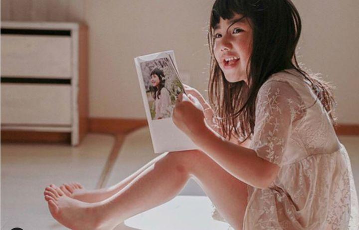 フォトブックを手に持つ女の子