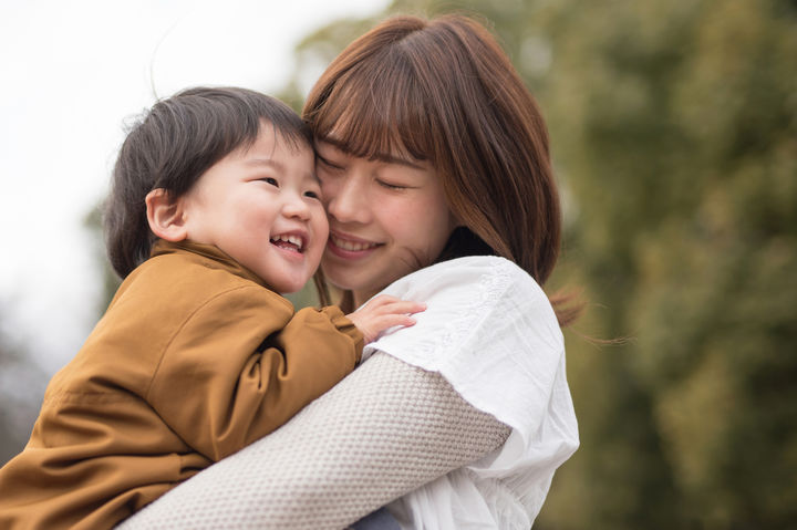 ママと抱っこされている子供