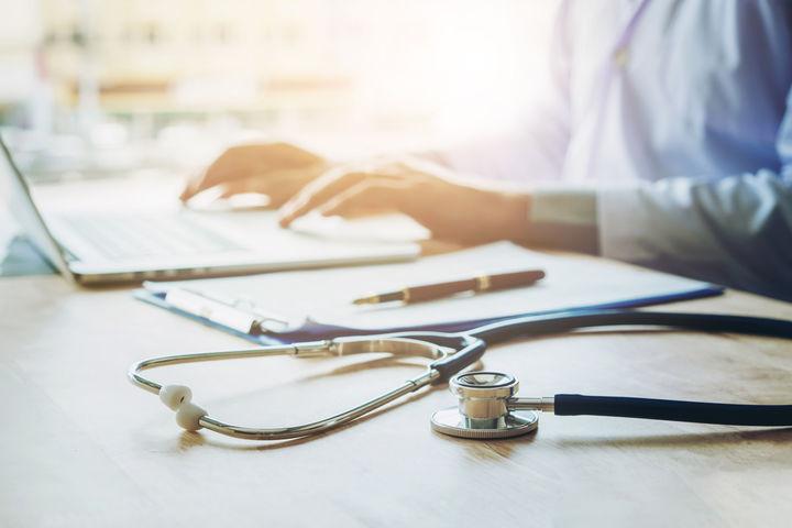 医師と医療器具