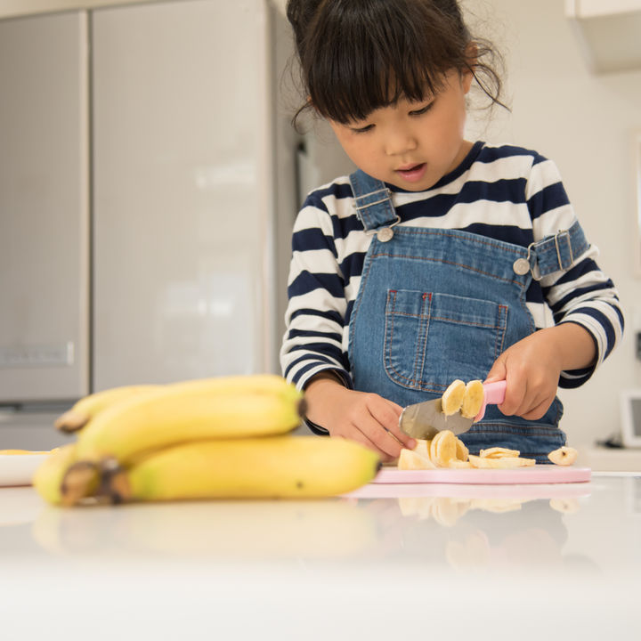 幼児向けの包丁の選び方。いつから使っていたかや教え方のポイント