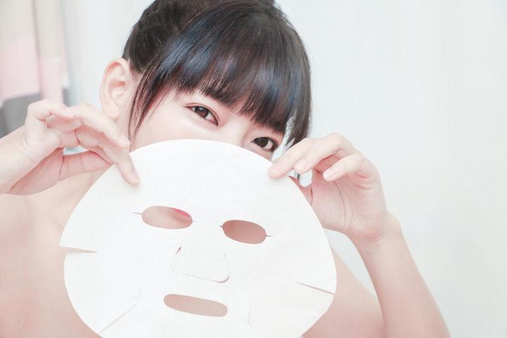フェイスマスクと女性