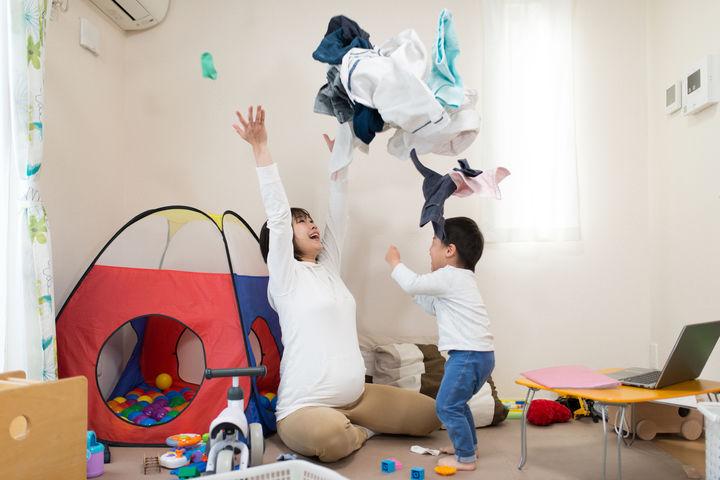 洗濯もので遊ぶ親子