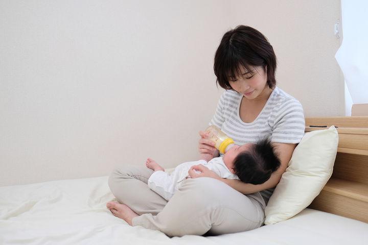 赤ちゃんに哺乳瓶を使用しているママ