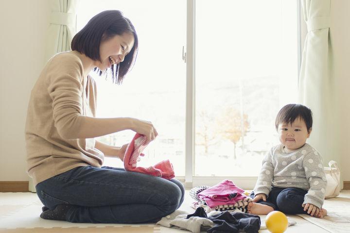 洗濯物をたたむママと子供