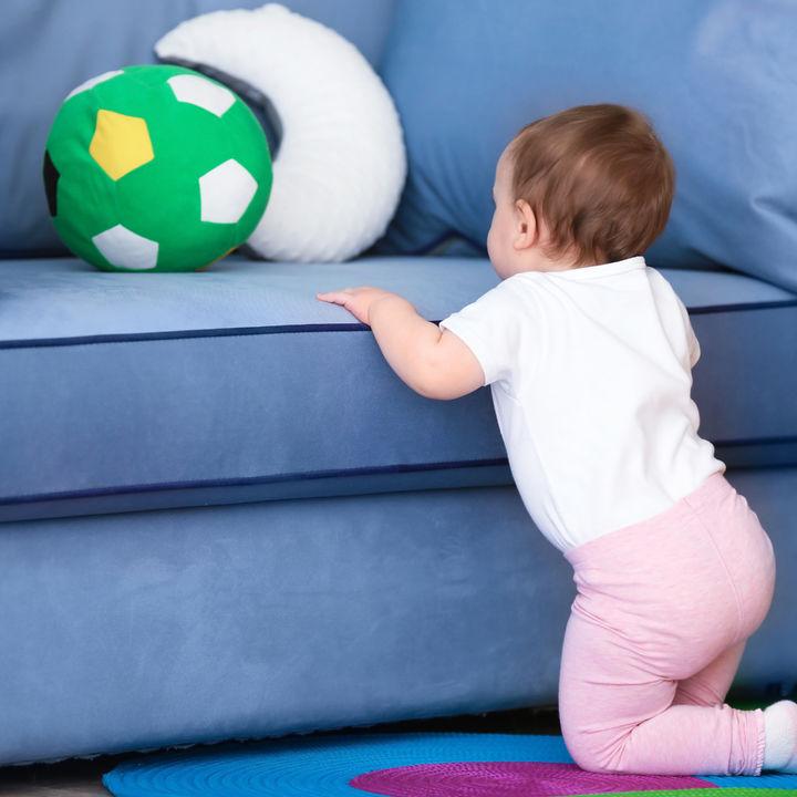 つかまり立ちをはじめる頃に使いたい、転倒対策クッション
