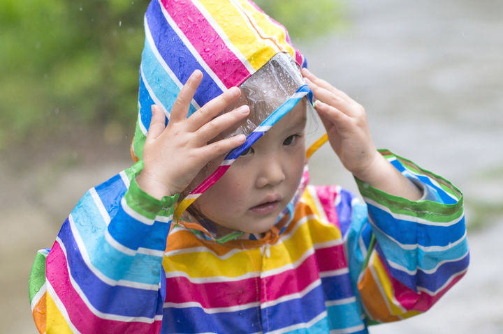 レインポンチョを着ている子供