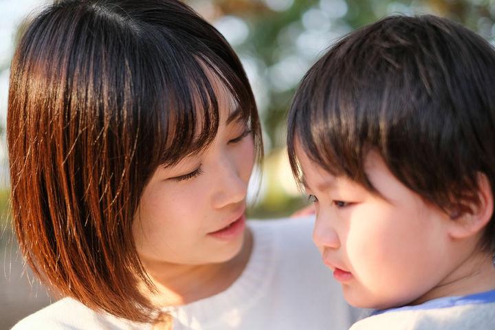 子どもと接するママ