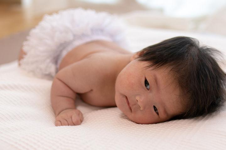 ごろんと寝転がる赤ちゃん