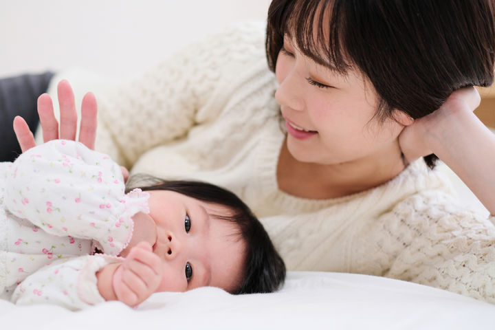 横になるママと赤ちゃん