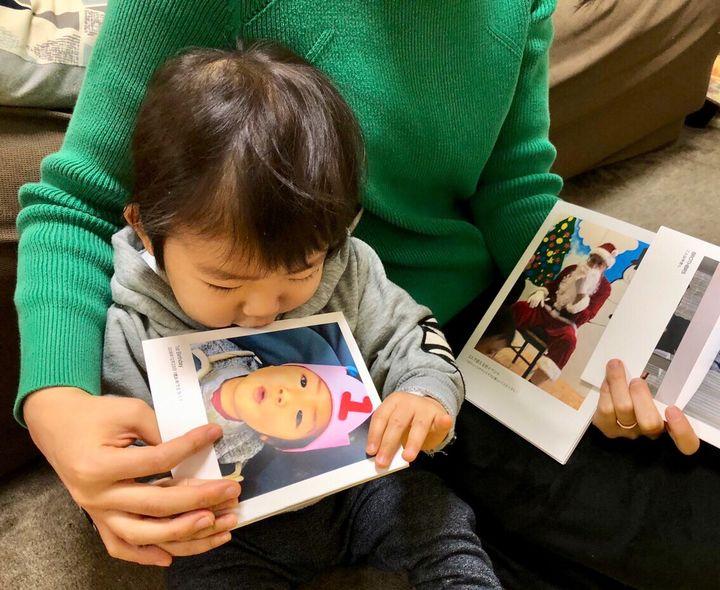 誕生日の写真を見る男の子