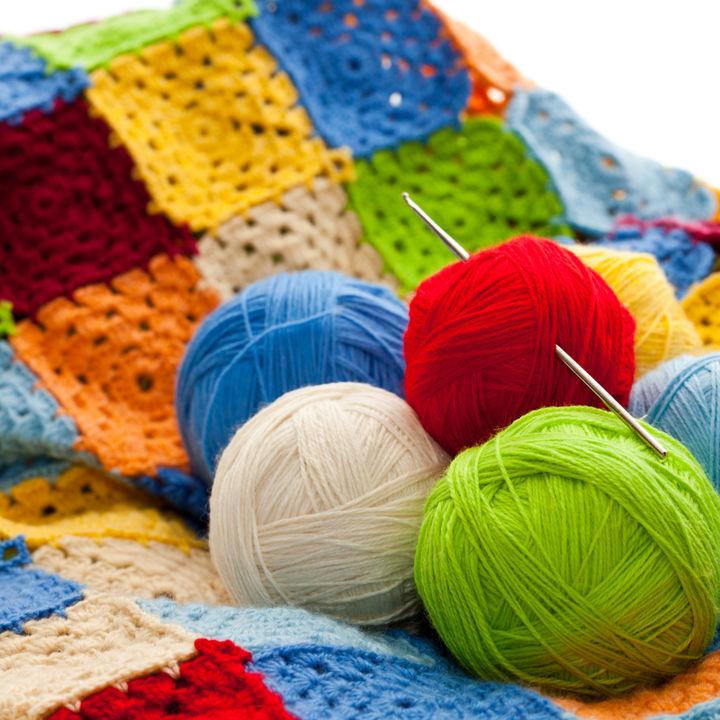 手編みのおくるみを作ろう。毛糸やサイズなど編むときのポイント