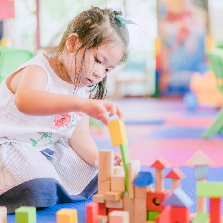 4歳の子ども向けの知育おもちゃ。積み木やパズル、組み立てセットなど