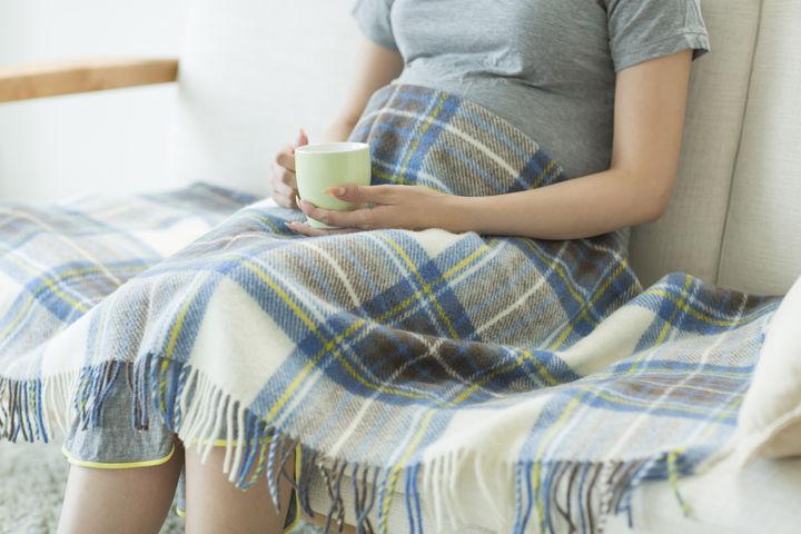 冷え対策をする妊婦さん