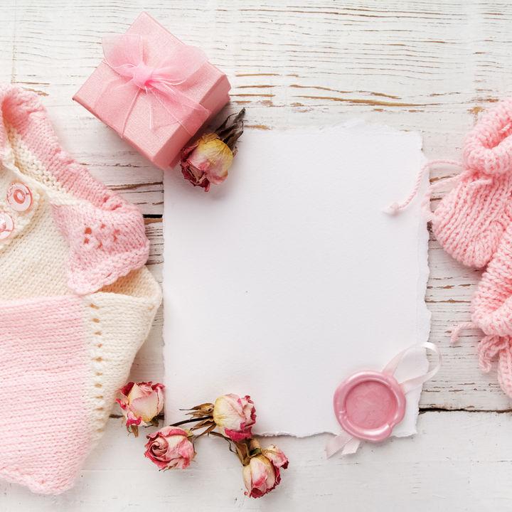 出産祝いのメッセージカード。友達や職場の人への文例や伝え方