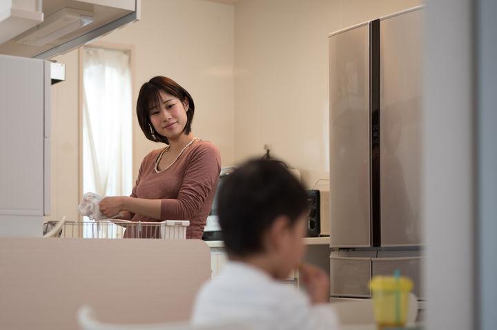キッチンに立つママ