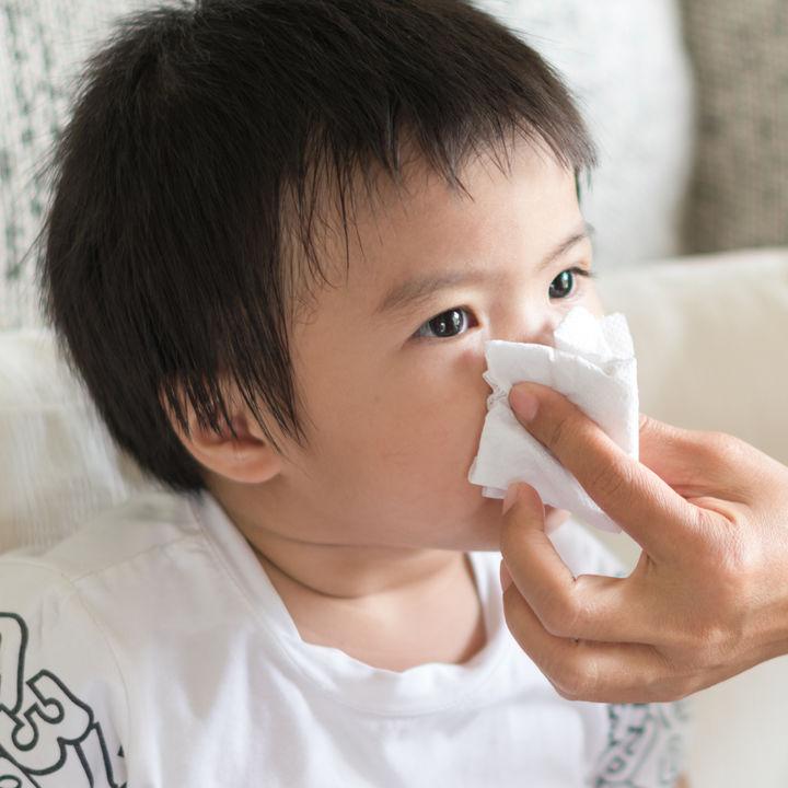 【小児科医監修】子どもの鼻水、目やにがすごいときは何科に受診すべきか